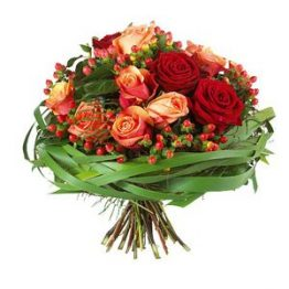 Bouquet rose miste – B43 Bouquer rose rosse e arancio bacche e intreccio