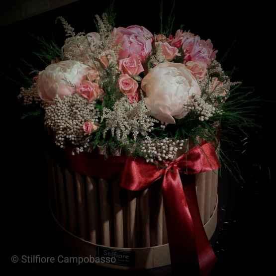 Flowerbox con rose rosa e peonie