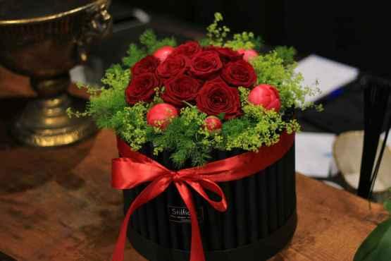 Flowerbox con rose rosse e peonie