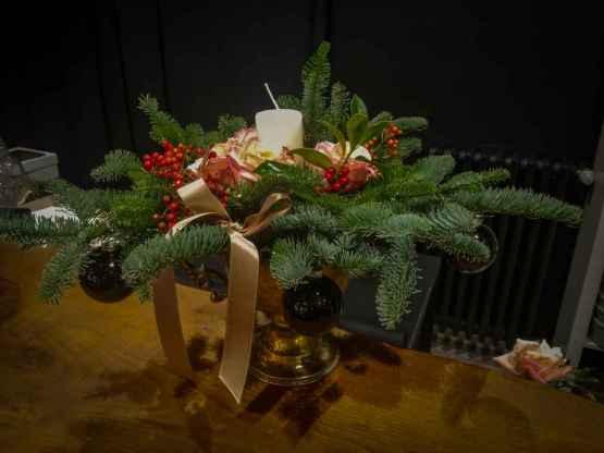 Composizione centrotavola con abete e fiori freschi – IMG 20201223 093212
