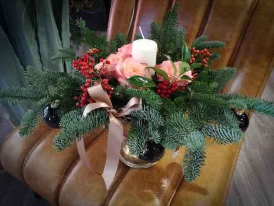 Composizione centrotavola con abete e fiori freschi – IMG 20201223 130902